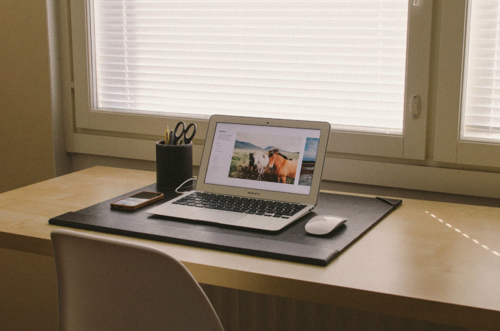 desk_macbookair